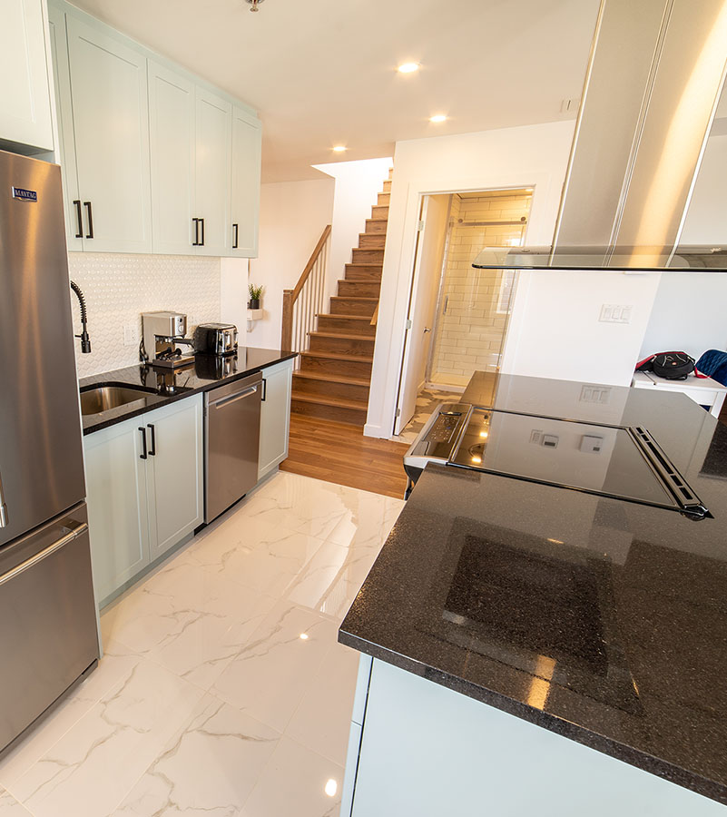 Kitchen and staircase to the terrace-Havres Urbains-Penthouse 401